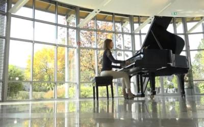 La pianista alemana Anna Sutyagina interpreta «Waiting for you»